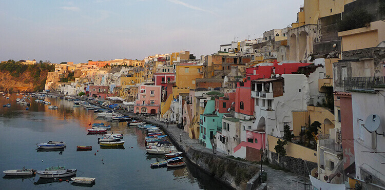 The Bay of Naples will be the inspiration for our art workshops in Naples.